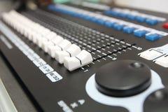 Κονσόλα εξισωτών αναμικτών μουσικής για την υγιή συσκευή ελέγχου αναμικτών Στοκ Εικόνες
