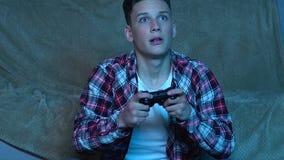 Κονσόλα παιχνιδιών παιχνιδιού αγοριών στο σπίτι, συναισθηματικά που αντιδρά στην απώλεια, απογοήτευση απόθεμα βίντεο