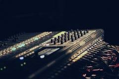 Κονσόλα του DJ, μουσική, συναυλία, σκοτάδι, στοκ εικόνες