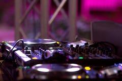 Κονσόλα του DJ στην απόδοση οδών βραδιού Στοκ Εικόνες
