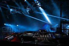 Κονσόλα του DJ στην ατμόσφαιρα του κόμματος, ελαφριά επίκεντρα Τεμάχιο σκηνής στοκ εικόνες με δικαίωμα ελεύθερης χρήσης