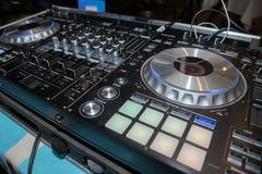 Κονσόλα, μηχάνημα αναπαραγωγής CD και αναμίκτης του DJ στο νυχτερινό κέντρο διασκέδασης Στοκ Εικόνα