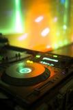Κονσόλα του DJ που αναμιγνύει το νυχτερινό κέντρο διασκέδασης κομμάτων μουσικής σπιτιών Ibiza γραφείων Στοκ Φωτογραφίες