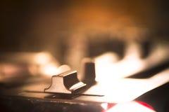 Κονσόλα του DJ που αναμιγνύει το νυχτερινό κέντρο διασκέδασης κομμάτων μουσικής σπιτιών Ibiza γραφείων Στοκ Εικόνες