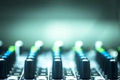 Κονσόλα του DJ που αναμιγνύει το νυχτερινό κέντρο διασκέδασης κομμάτων μουσικής σπιτιών Ibiza γραφείων Στοκ Φωτογραφία