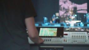 Κονσόλα soundman στη θερινή ζωντανή συναυλία Ζώνη μουσικής που αποδίδει στη σκηνή Πλήθος του ακροατηρίου απόθεμα βίντεο