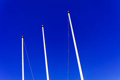 Κοντάρια σημαίας ενάντια στο μπλε ουρανό Στοκ φωτογραφίες με δικαίωμα ελεύθερης χρήσης