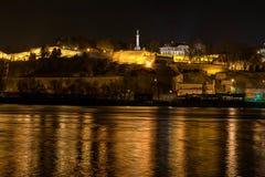 Κοντά άποψη του παλαιού φρουρίου με τη συμπαθητική αντανάκλαση στον ποταμό Στοκ εικόνες με δικαίωμα ελεύθερης χρήσης