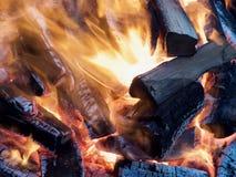 Κοντά σε μια ζωηρόχρωμη πυρά προσκόπων στοκ φωτογραφία με δικαίωμα ελεύθερης χρήσης