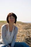 κοντά στη γυναίκα θάλασσ&alph Στοκ Εικόνες