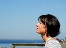 κοντά στη γυναίκα θάλασσ&alph Στοκ Φωτογραφία