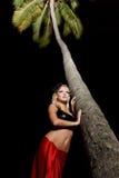 κοντά στη γυναίκα palmtree στοκ εικόνα με δικαίωμα ελεύθερης χρήσης