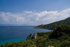 κοντά στον πύργο θάλασσας Capo Caccia aragonese μεσαιωνικός Σαρδηνία νησιών πύργος της Ιταλίας Στοκ εικόνα με δικαίωμα ελεύθερης χρήσης
