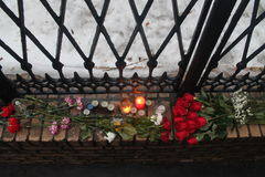 Κοντά στο γραφείο των ανθρώπων RPR-Parnassus φέρτε τα λουλούδια στη μνήμη του αποθανούντος Boris Nemtsov στοκ φωτογραφίες με δικαίωμα ελεύθερης χρήσης