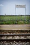 κοντά στο σήμα σιδηροδρόμ&omeg Στοκ Εικόνες