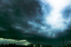 Κοντά στο χωριό Θύελλα Ο ουρανός συναντά μια καταιγίδα Ο ήλιος λάμπει μέσω των σύννεφων Στοκ Εικόνες