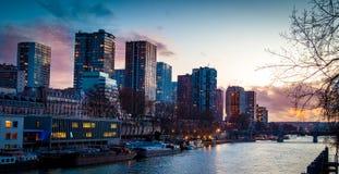Κοντινός ποταμός του Σηκουάνα εμπορικών κέντρων του Παρισιού στοκ φωτογραφία με δικαίωμα ελεύθερης χρήσης
