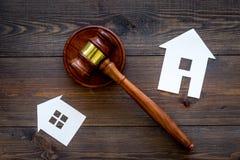 Κοντινό gavel δικαστών διακοπής σπιτιών στο σκοτεινό ξύλινο διάστημα αντιγράφων άποψης υποβάθρου τοπ νόμος κατοικίας Τμήμα ιδιοκτ στοκ φωτογραφίες με δικαίωμα ελεύθερης χρήσης