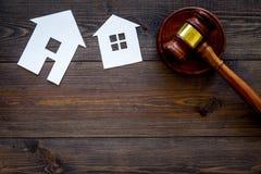 Κοντινό gavel δικαστών διακοπής σπιτιών στο σκοτεινό ξύλινο διάστημα αντιγράφων άποψης υποβάθρου τοπ νόμος κατοικίας Τμήμα ιδιοκτ στοκ εικόνα με δικαίωμα ελεύθερης χρήσης