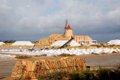 Κοντινό marsala αλυκών με τους παλαιούς εργαζομένους ανεμόμυλων, Σικελία στοκ εικόνες με δικαίωμα ελεύθερης χρήσης