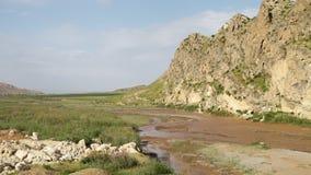 Κοντοί βράχος και ποταμός βουνών κατωτέρω απόθεμα βίντεο