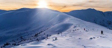 κοντό χειμερινό δάσος υπολοίπου πεζοπορίας μαγικό στοκ εικόνες