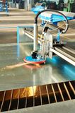 Κοπή λέιζερ ή πλάσματος του φύλλου μετάλλων με τους σπινθήρες Στοκ φωτογραφία με δικαίωμα ελεύθερης χρήσης