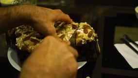Κοπή ενός κέικ αμυγδάλων απόθεμα βίντεο