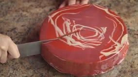 Κοπή ενός κέικ με ένα μεγάλο μαχαίρι φιλμ μικρού μήκους