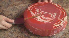 Κοπή ενός κέικ με ένα μεγάλο μαχαίρι απόθεμα βίντεο