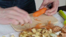 Κοπή ενός καρότου απόθεμα βίντεο