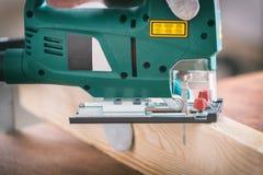 Κοπή ενός κομματιού του ξύλου που χρησιμοποιεί ένα τορνευτικό πριόνι Στοκ φωτογραφίες με δικαίωμα ελεύθερης χρήσης
