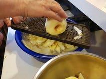 Κοπή ενός μήλου για peeler Στοκ φωτογραφία με δικαίωμα ελεύθερης χρήσης