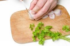 Κοπή κρεμμυδιών στην κουζίνα 1 στοκ εικόνες