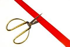 Κοπή μιας κόκκινης κορδέλλας με το ψαλίδι. Στοκ φωτογραφίες με δικαίωμα ελεύθερης χρήσης