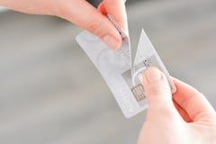 Κοπή μιας πιστωτικής κάρτας που προτείνει την πτώχευση Στοκ φωτογραφία με δικαίωμα ελεύθερης χρήσης