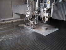 Κοπή πίεσης νερού μέσω των υλικών ανοξείδωτου στοκ φωτογραφία