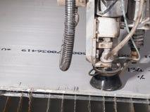 Κοπή πίεσης νερού μέσω των υλικών ανοξείδωτου στοκ εικόνες