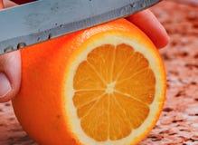 Κοπή του πορτοκαλιού Στοκ φωτογραφία με δικαίωμα ελεύθερης χρήσης