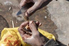Κοπή χεριών ανοικτή ένα μύδι στοκ φωτογραφία με δικαίωμα ελεύθερης χρήσης
