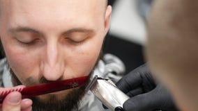 Κοπή mustache με μια χτένα και ένα ηλεκτρικό ξυράφι απόθεμα βίντεο