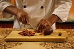 Κοπή Sausae για την πίτσα Στοκ φωτογραφίες με δικαίωμα ελεύθερης χρήσης