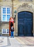 ΚΟΠΕΓΧΑΓΗ, ΔΑΝΙΑ - 7 ΙΟΥΛΊΟΥ: Δανικός στρατιώτης που φρουρεί το παλάτι Amalienborg στις 7 Ιουλίου 2015 Το παλάτι Amalienborg είνα Στοκ Φωτογραφίες