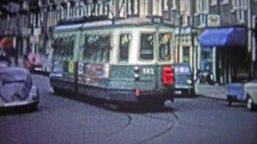 ΚΟΠΕΓΧΑΓΗ - 1966: Τα αυτοκίνητα οδών ήταν μια δημοφιλής μορφή δημόσιου μέσου μεταφοράς στο αστικό κέντρο απόθεμα βίντεο