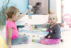 κορίτσια λίγο παιχνίδι Στοκ φωτογραφία με δικαίωμα ελεύθερης χρήσης