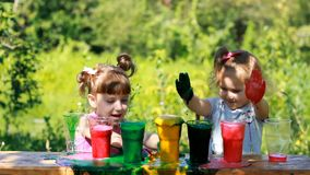 Κορίτσια αδελφών που παίζουν με το χρωματισμένο αφρό στον υπαίθριο Παιχνίδια, ψυχαγωγία και πειράματα για τα παιδιά στις διακοπές απόθεμα βίντεο