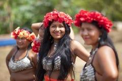 Κορίτσια αμερικανών ιθαγενών και γυναίκα, φυλή Embera στοκ εικόνα