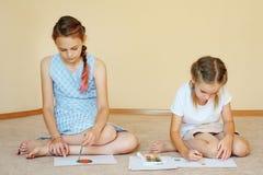 Κορίτσια αμφιθαλών που σύρουν με τα χρώματα στοκ φωτογραφία με δικαίωμα ελεύθερης χρήσης