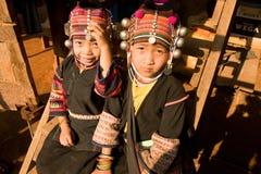 Κορίτσια από την εθνική ομάδα Akha στα παραδοσιακά ενδύματα Στοκ εικόνες με δικαίωμα ελεύθερης χρήσης