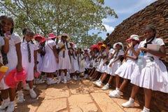 Κορίτσια από τη Σρι Λάνκα κατά τη διάρκεια του σχολικού ταξιδιού Στοκ εικόνα με δικαίωμα ελεύθερης χρήσης